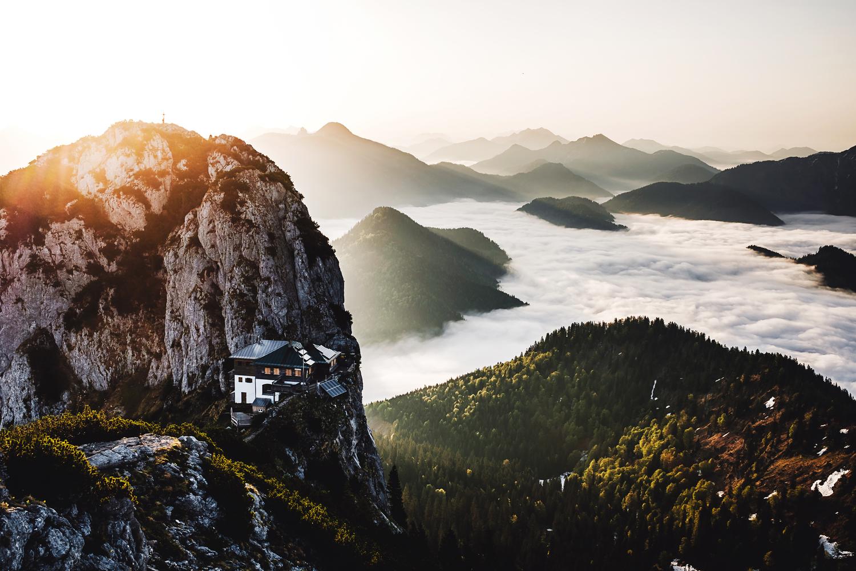 Der Mai zeigt eines meiner Lieblingsmotive des Kalenders und des Jahres. Nach einer Nacht im Zelt konnte ich mit ein paar Freunden den Sonnenaufgang über den Tegernseer Hütte genießen.