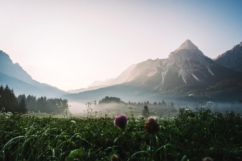 Im August geht es wieder nach Tirol und Österreich. Hier ist ein vernebelter Sonnenaufgang im Lermooser Moos zusehen. Der Blick geht auf den Ehrwalder Sonnenspitze.