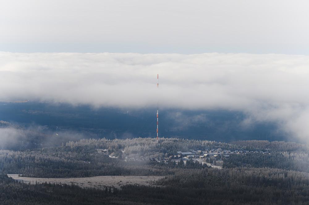Eine Wolkenlücke gibt den Blick vom Brocken auf Torfhaus frei.