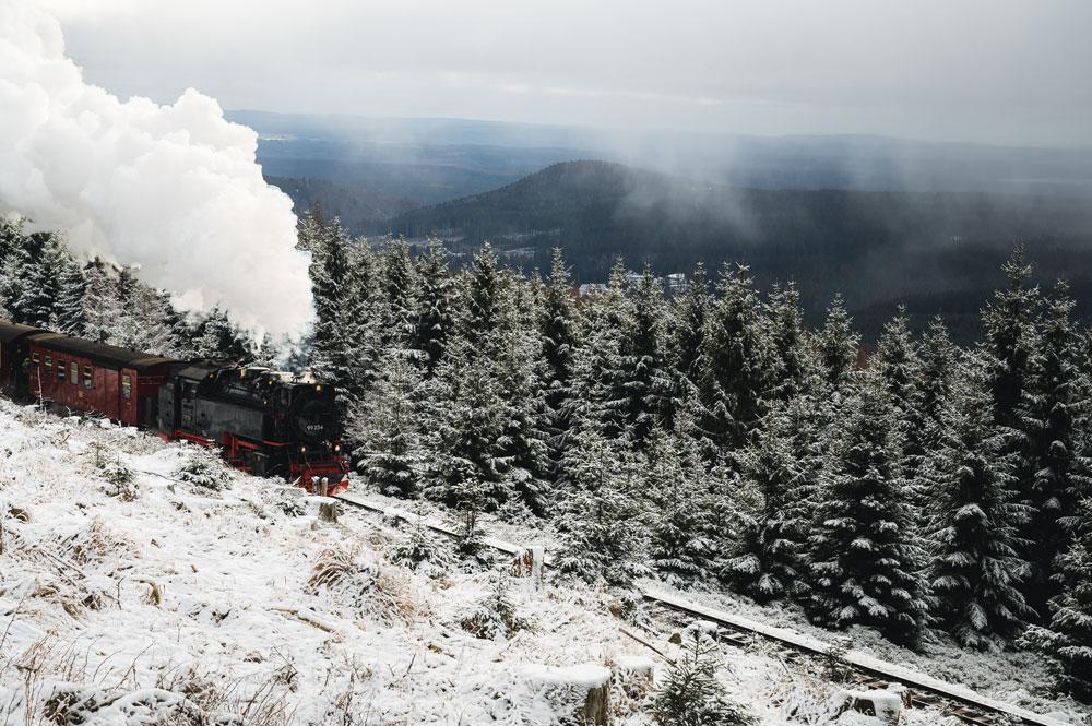 Unter Volldampf fährt der Zug der Brockenbahn in Richtung Gipfel.