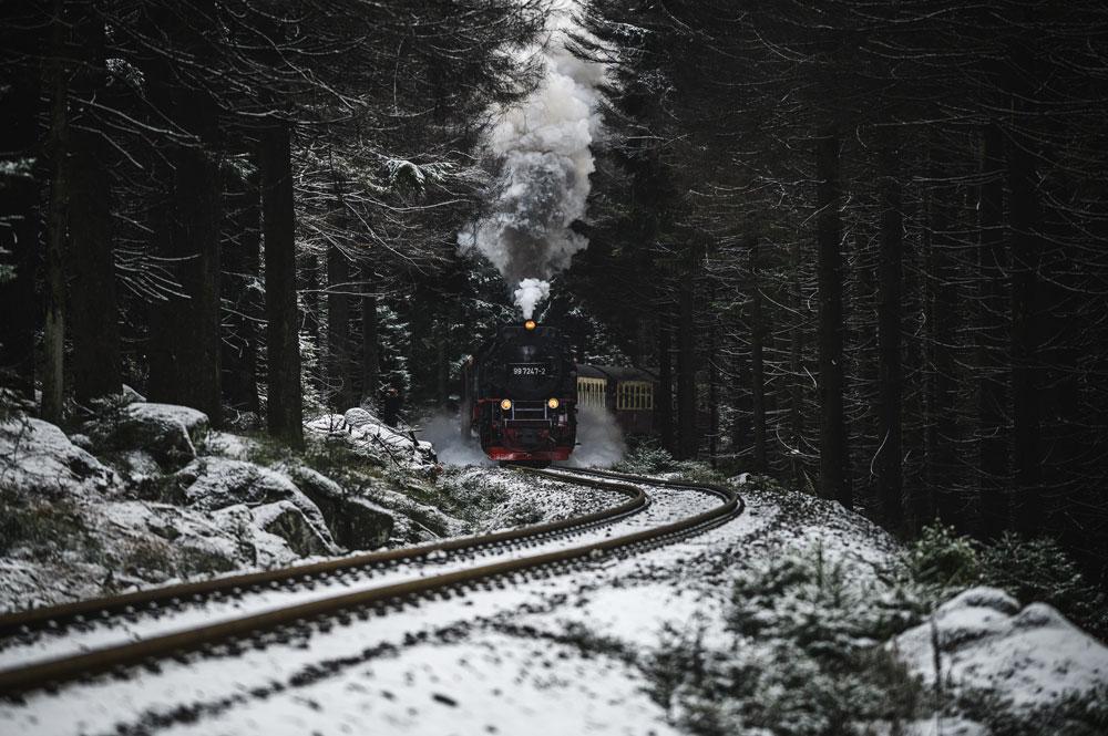 Die Brockenbahn kurz nach dem Bahnhof in Schierke auf dem Weg zum Brocken.