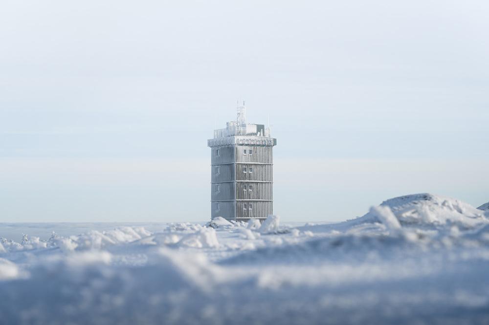 Der vereiste Turm der Wetterstation auf dem Brockenplateau.