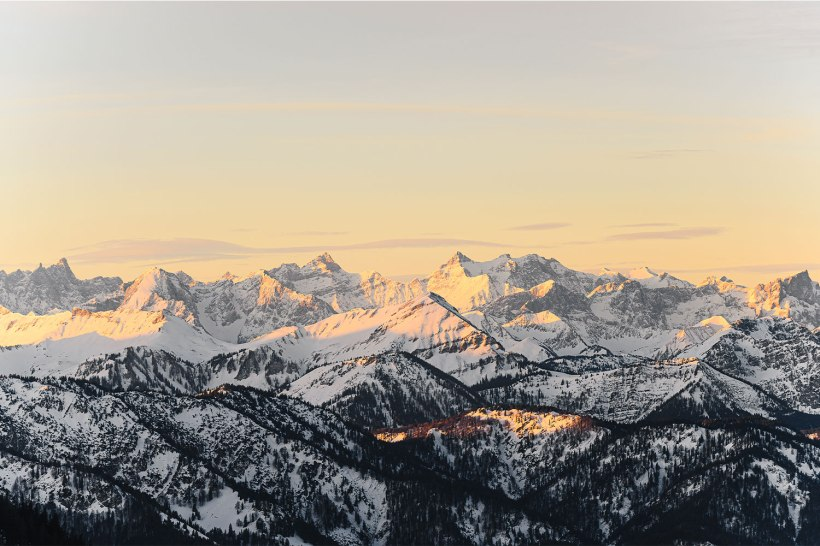 verschneite berge zum sonnenaufgang