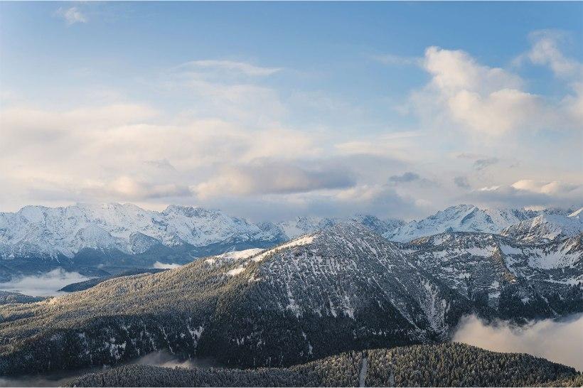 verschneite berge mit wolken