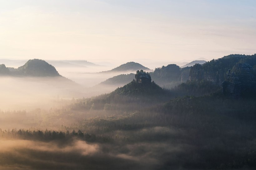 nebel hängt über den wäldern in der sächsischen schweiz