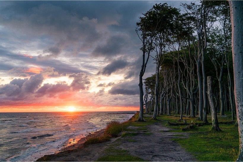 dramatischer sonnenaufgang an der steilküste der ostsee
